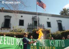 Un activista quema gasolina ante el consulado de Estados Unidos en Sevilla por la no adhesión de ese país al Protocolo de Kyoto