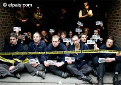 Manifestantes de Greenpeace protestan frente al Mercado Central de Petróleo de Londres por los efectos de la contaminación ambiental