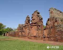 Un destacado yacimiento arqueológico: las ruinas de San Ignacio Miní en Misiones.