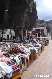 Feria de artículos regionales en Purmamarca, Jujuy.