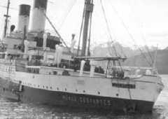 El buque Monte Cervantes, escorado en las aguas del Beagle