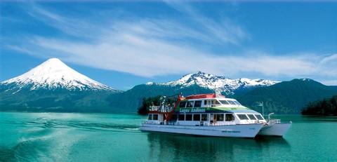 Una de las embarcaciones atravesando los lagos andinos