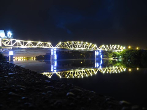 El viejo Puente Ferrocarretero, restaurado e iluminado