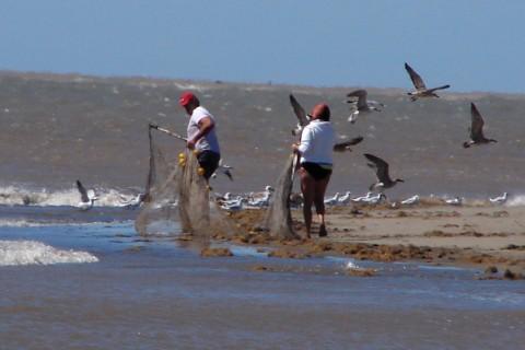 Pescadores en la desembocadura del Río Negro