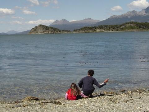 Jugando frente al Canal Beagle - Ushuaia - Fin del Mundo