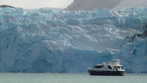 Crucero Leal frente al Glaciar Spegazzini
