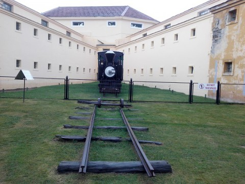 Parte de los rieles originales y una de las locomotoras - Museo del Presidio