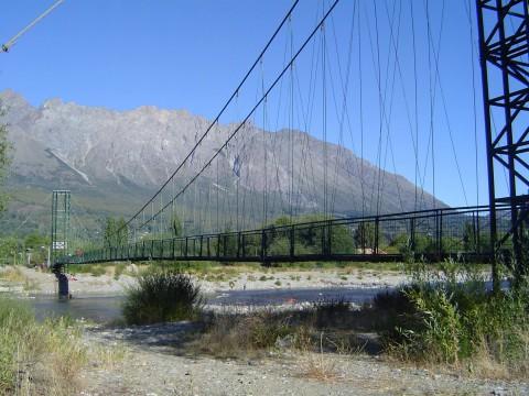 Puente sobre el río Quemquemtreu - El Bolsón - Patagonia Argentina - Foto: Andrés Pappatico