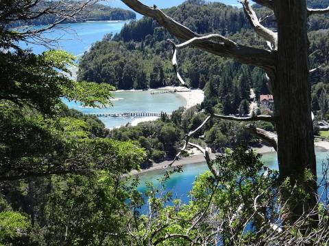 Vista del Istmo de Quetrihué con los muelles del Puerto de Villa La Angostura - Foto Sole Fabrizio