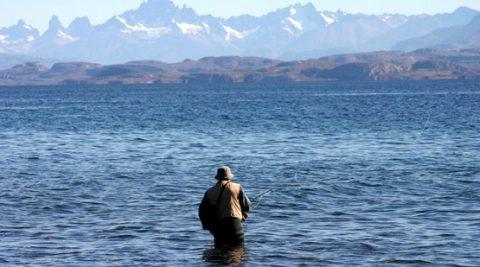 Pesca con mosca en el Lago Buenos Aires - Foto: losantiguos.tur.ar
