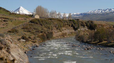 Caminata a la orilla del río en Los Antiguos - Foto: losantiguos.tur.ar