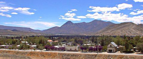 Vista de Chos Malal y la Cordillera del Viento - Patagonia Argentina