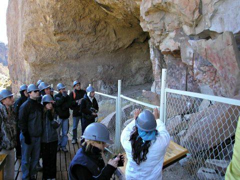 Explicaciones frente a la Cueva de las Manos - Foto: wikipedia.org