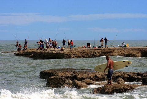Pescando en El Espigón- Foto: Turismo Municipalidad de Viedma