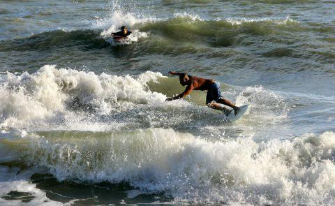 Surf en El Espigón Foto: Turismo Municipalidad de Viedma