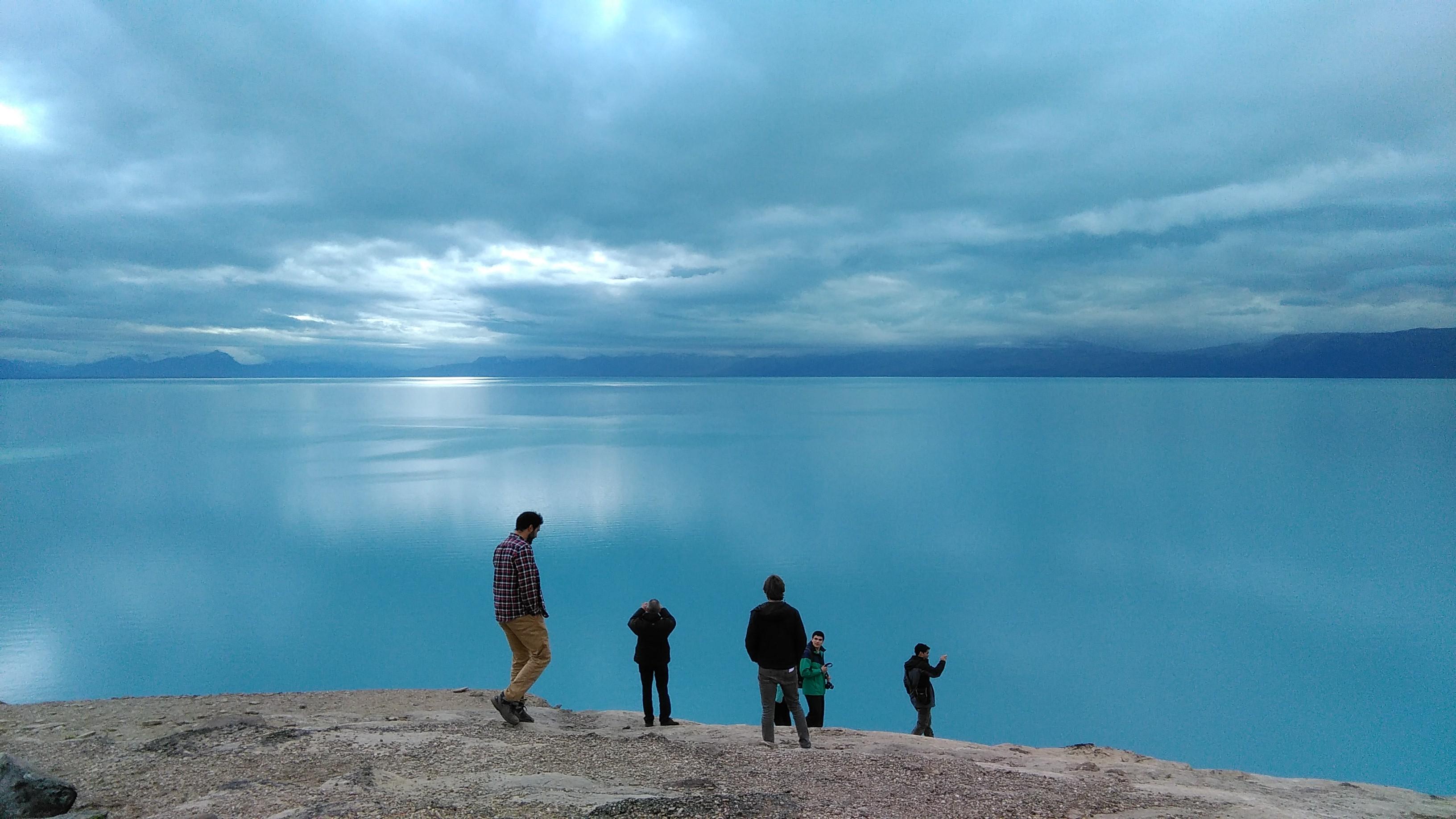 Parte de nuestro grupo, extasiado frente al lago Argentino.